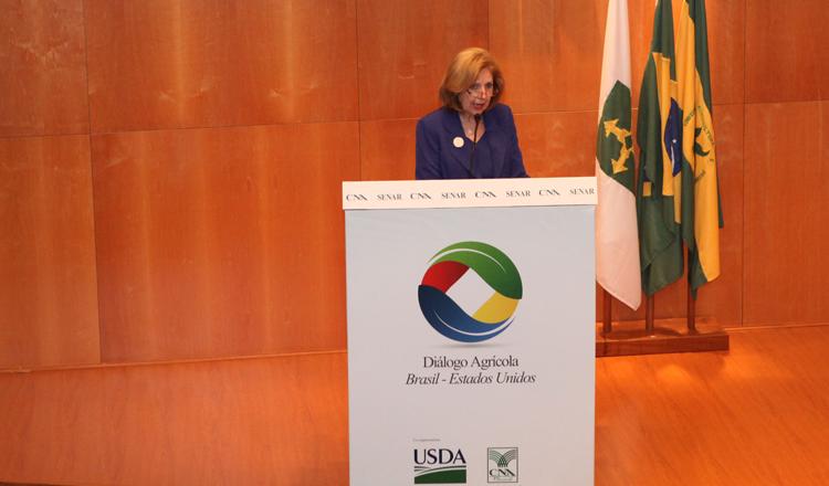 Emb. Ayalde discursa na Confederação Nacional de Agricultura