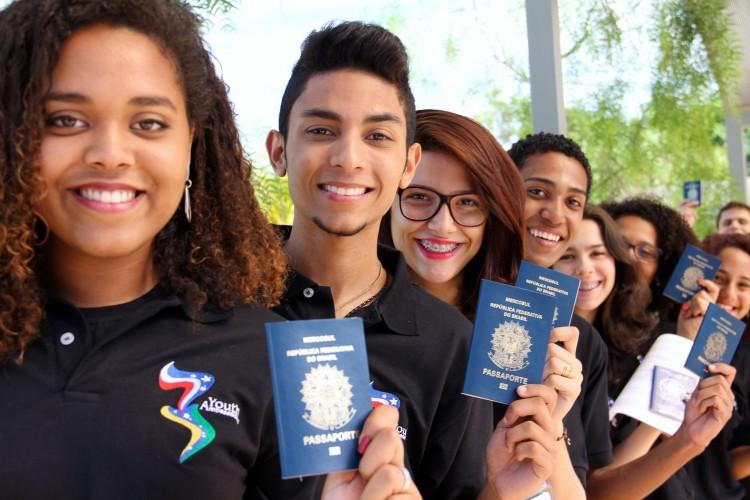 Jovens Embaixadores de 2015 seguram seus passaportes (Foto: Embaixada dos EUA)