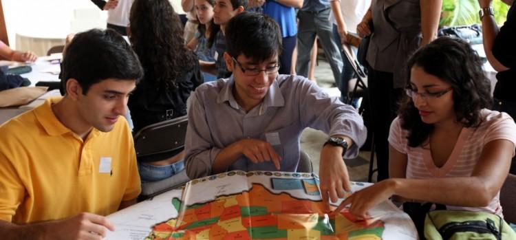 Participantes do programa Ciência sem Fronteiras verificam no mapa dos EUA a localização das universidades em que vão estudar. (Foto: Embaixada dos EUA em Brasilia)