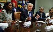 O presidente Trump deu início ao Mês da História Afro-Americana com uma reunião na Casa Branca, da qual participaram a conselheira Omarosa Manigault (à esquerda) e Ben Carson, secretário designado para o Departamento de Habitação e Desenvolvimento Urbano (à direita) (© AP Images)